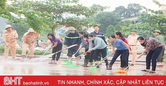 Lực lượng vũ trang Hà Tĩnh hỗ trợ dọn dẹp vệ sinh trường học sau lũ