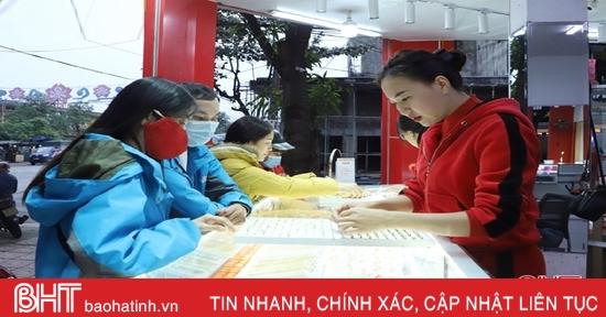 """Mùa cưới """"hâm nóng"""" thị trường vàng ở Hà Tĩnh"""
