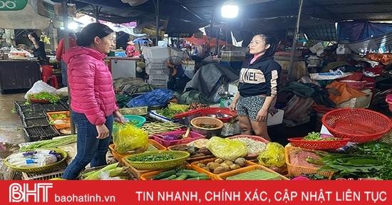 """Mưa lũ, giá rau xanh tại Hà Tĩnh tăng """"phi mã"""""""
