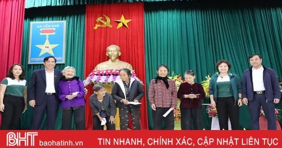 Ngân hàng Ngoại thương Việt Nam trao 700 triệu đồng cho Nhân dân vùng lũ Cẩm Xuyên