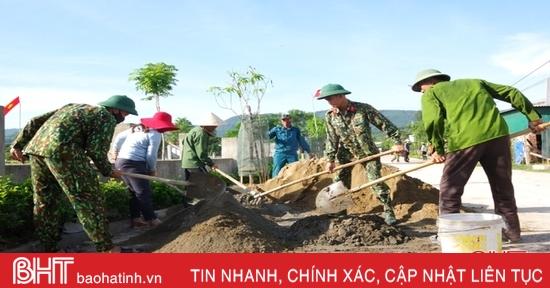 Ngày nghỉ, bộ đội về làng giúp người dân Hà Tĩnh xây dựng nông thôn mới