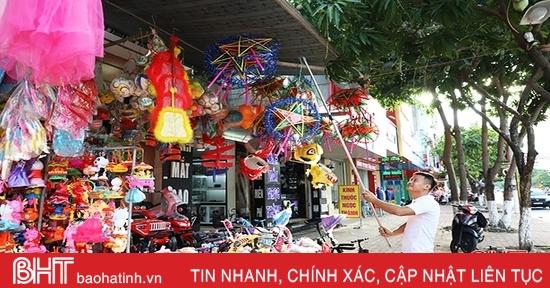 Người bán hàng Trung thu tại Hà Tĩnh rảnh rang chơi điện thoại