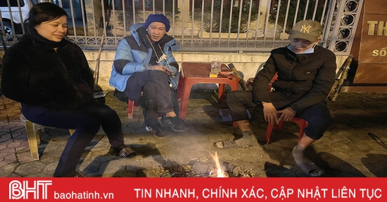 Người dân Hà Tĩnh đốt lửa chống đợt rét kỷ lục những ngày đầu năm mới