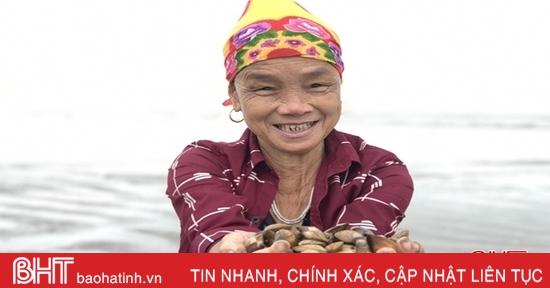 """Người dân Lộc Hà """"săn"""" nghêu biển sau mưa lớn"""