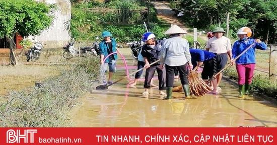 Người dân Vũ Quang khẩn trương dọn dẹp vệ sinh sau lũ
