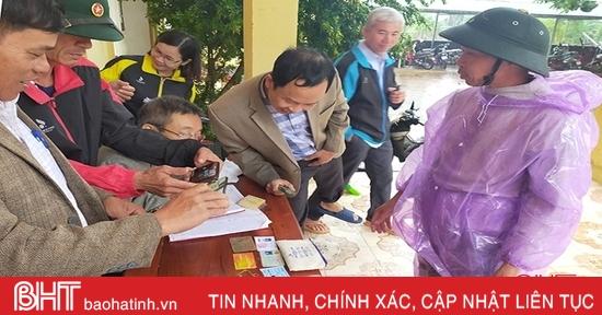 Người dân vùng lũ Hà Tĩnh tìm người bỏ quên tài sản giá trị trong đồ cứu trợ
