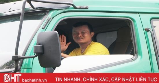 """""""Người vận chuyển miễn phí"""" giữa mùa lũ dữ ở Hà Tĩnh"""