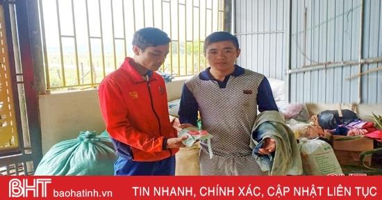 Nhặt được vàng trong hàng cứu trợ, người dân vùng lũ Hà Tĩnh tìm người trả lại