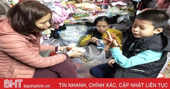 Nhiệt độ giảm mạnh, người dân Hà Tĩnh đổ xô đi mua đồ giữ ấm