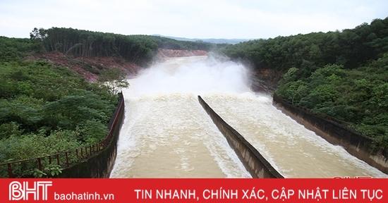 Nhiều hồ chứa lớn ở Hà Tĩnh đồng loạt xả tràn, điều tiết nước