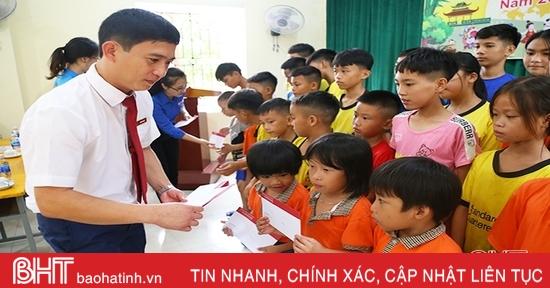 Nhiều món quà Trung thu đến với các em nhỏ có hoàn cảnh khó khăn ở Hà Tĩnh