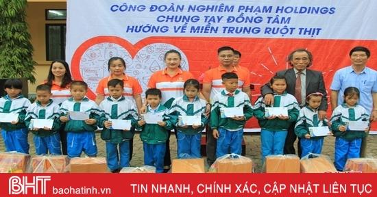 Nhiều phần quà được trao cho học sinh nghèo Nghi Xuân