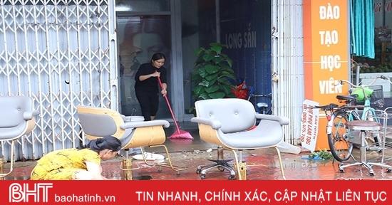 Nước rút dần, người dân TP Hà Tĩnh lục đục dọn dẹp nhà cửa