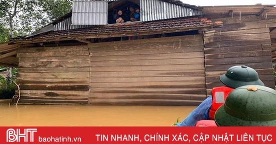 Nước sông lên cao, nhiều nhà dân ở Hương Khê ngập sâu trong lũ