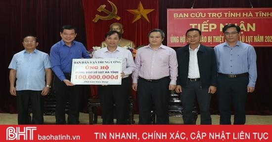 Phó Trưởng ban Dân vận Trung ương trao hỗ trợ, thăm hỏi đồng bào vùng lũ Hà Tĩnh
