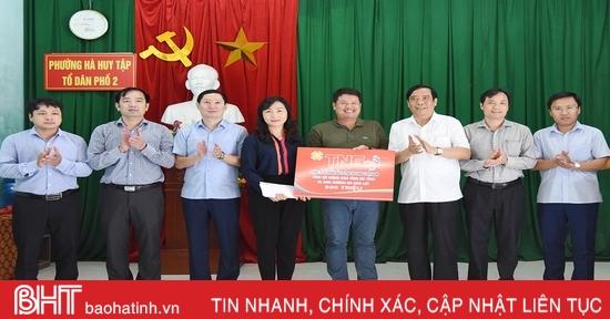 Phó Trưởng ban Thường trực Ban Tổ chức Trung ương trao 500 triệu đồng hỗ trợ người dân vùng lũ Hà Tĩnh
