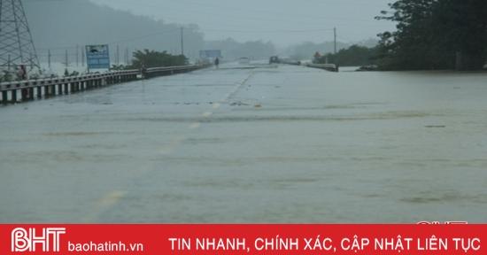 Quốc lộ 1A đoạn qua Hà Tĩnh bị ngập sâu vào chiều tối nay