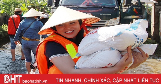 """""""Sao Mai"""" Trần Thuỵ Miên lội nước trao quà hỗ trợ lũ lụt ở quê nhà Hà Tĩnh"""