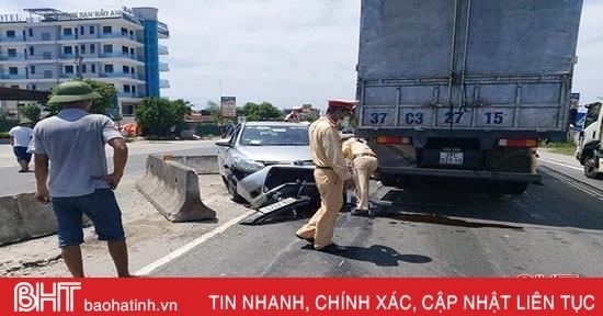 Sau va chạm với xe tải, taxi Vạn Xuân đâm lật nhiều dải phân cách