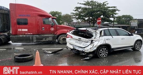 Tai nạn liên hoàn ở Kỳ Anh, xế hộp hư hỏng nặng