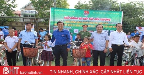 Tặng 25 xe đạp cho học sinh nghèo Can Lộc tại giải bóng đá từ thiện