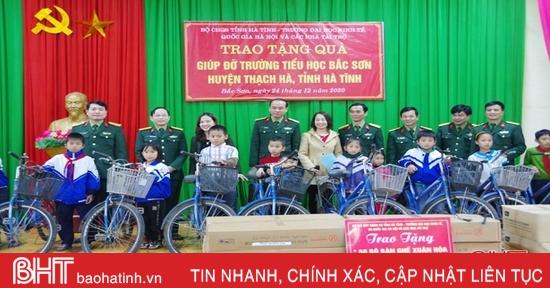 Tặng 85 xe đạp và 250 bàn ghế cho học sinh vùng khó khăn ở Hà Tĩnh