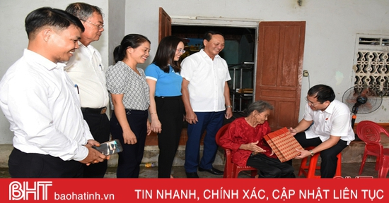 Tặng quà cho phụ nữ có hoàn cảnh khó khăn ở huyện Lộc Hà
