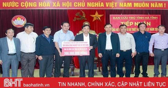 Tập đoàn Cao su Việt Nam hỗ trợ người dân vùng lũ Hà Tĩnh 300 triệu đồng