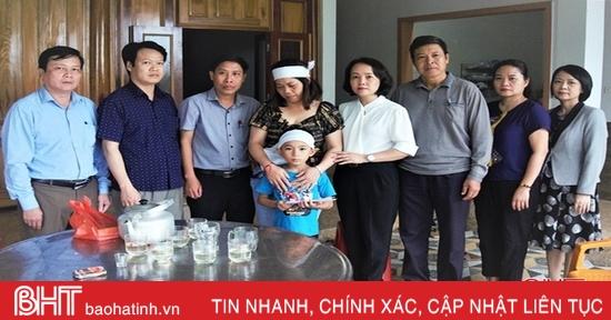 Thăm hỏi các gia đình ở Hà Tĩnh có người thân gặp nạn trên vùng biển Quảng Trị