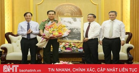 Thường trực Tỉnh ủy Hà Tĩnh tặng hoa chúc mừng Thiếu tướng Võ Trọng Hải