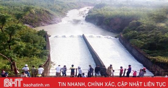 Tin mới nhất về xả lũ Kẻ Gỗ: Nước xả qua tràn đã lên 850 m3/s