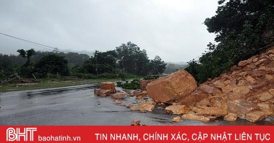 Toàn cảnh sạt lở đất khiến Quốc lộ 15A đoạn qua Hương Khê tê liệt