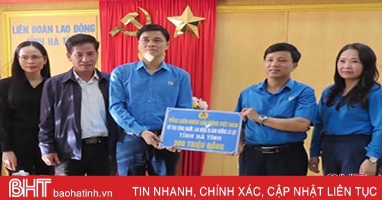 Tổng LĐLĐ Việt Nam hỗ trợ người lao động Hà Tĩnh ảnh hưởng bởi mưa lũ 400 triệu đồng