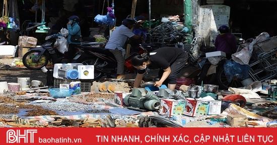 Tranh thủ trời nắng, tiểu thương Hà Tĩnh phơi hàng hóa sau mưa lũ