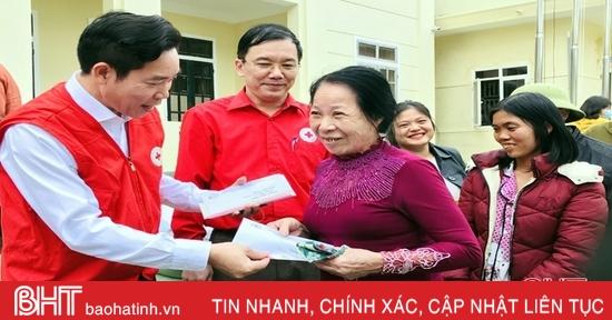 Trao 100 triệu đồng và tặng quà cho người dân xã vùng lũ Hương Sơn
