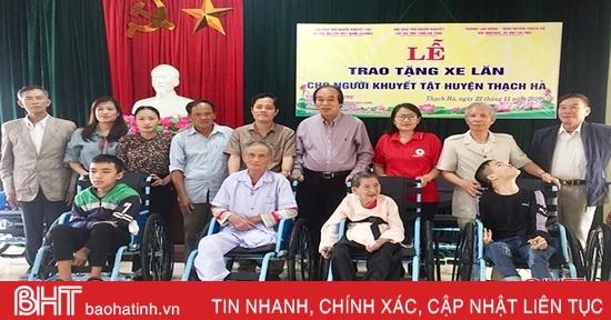 Trao 50 xe lăn cho người khuyết tật ở Thạch Hà