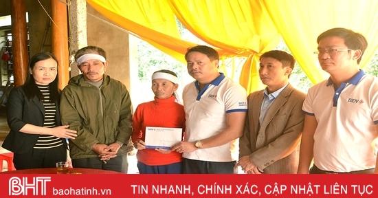 Trao 60 triệu đồng cho các thân nhân liệt sỹ Hà Tĩnh hy sinh ở Quảng Trị