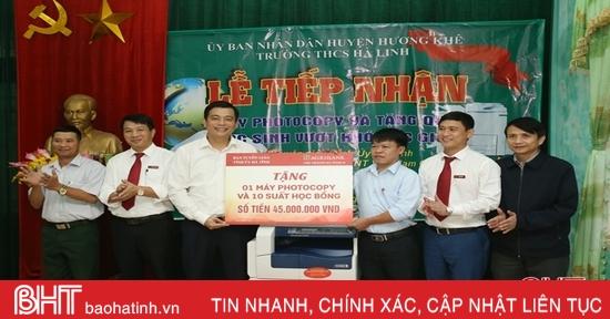 Trao học bổng cho học sinh vượt khó học giỏi ở Hương Khê