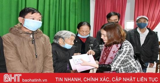 Trao quà cho hộ nghèo, học sinh vùng khó khăn Hà Tĩnh