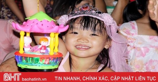 """Trẻ em Hương Sơn nô nức """"Đêm hội trăng rằm"""""""