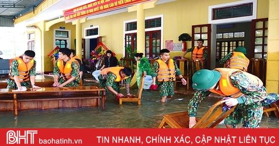 Trung đoàn 841 giúp Trường THCS Hà Huy Tập vệ sinh trường lớp sau lũ
