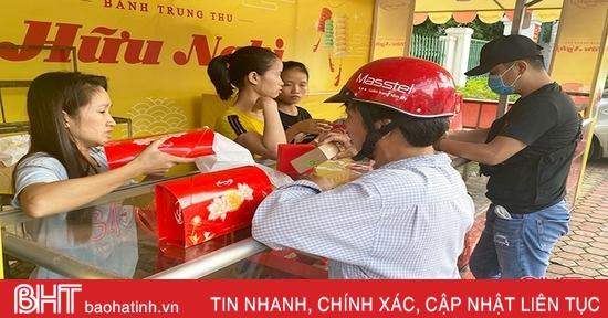 Trung thu vãn, nhiều khách hàng ở TP Hà Tĩnh vẫn tìm mua bánh