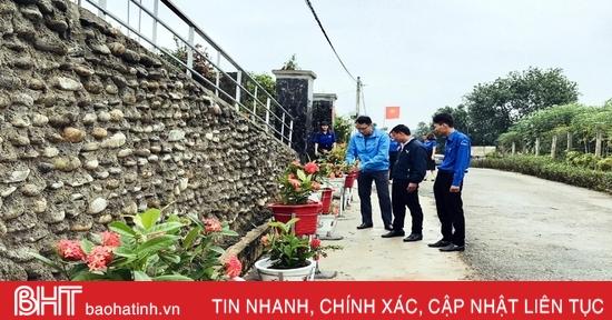 Tuổi trẻ xã biên giới làm đường hoa chào mừng Đại hội Đảng bộ Hà Tĩnh