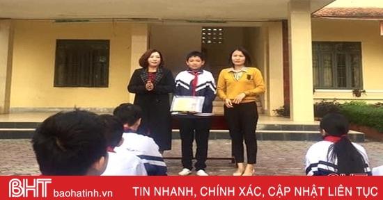 Tuyên dương học sinh nhặt được vàng trả lại người đánh rơi ở Hà Tĩnh