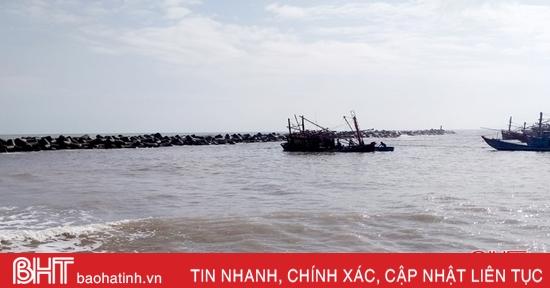 Ứng cứu thuyền cá 230 CV của ngư dân Hà Tĩnh bị sóng đánh chìm