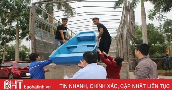 Vietcombank Hà Tĩnh hỗ trợ 12 xuồng cứu hộ cho vùng lũ