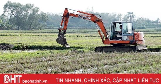 """""""Vựa lúa"""" lớn nhất Hà Tĩnh ra quân phá bờ thửa nhỏ làm cánh đồng lớn"""