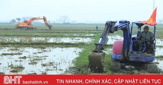 Xã đầu tiên của Nghi Xuân ra quân phá thửa nhỏ làm cánh đồng lớn
