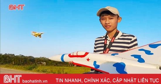 """Xem máy bay mô hình tiêm kích """"Su-27"""" của cậu học trò Hà Tĩnh"""